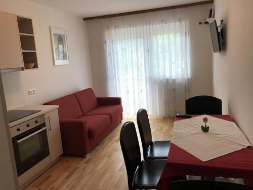 Apartment B umfasst: 2 getrennte Schlafzimmer, 1 Wohnküche, eigener Balkon, für 4-5 Personen.